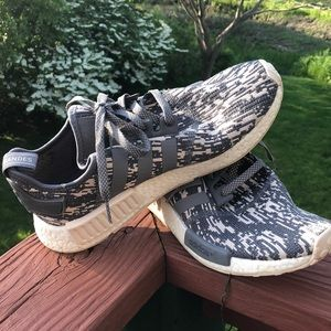 Adidas Bandes. Gray and white pattern.